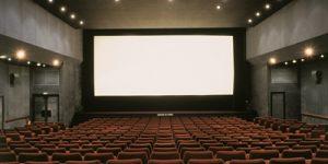 INTERIEUR SALLE DE CINEMA VIDE, ECRAN BLANC, MURS GRIS
